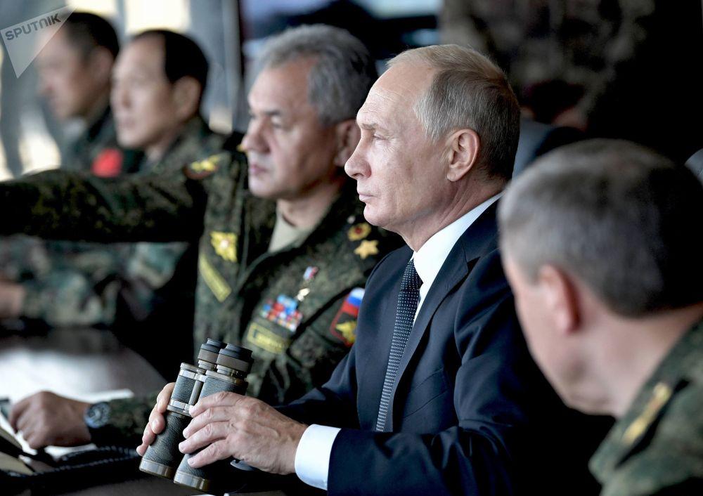 """Prezydent Rosji Władimir Putin obserwuje manewry wojskowe """"Wostok 2018"""" rosyjskich, mongolskich i chińskich sił zbrojnych z punktu dowodzenia na poligonie """"Cugoł"""""""