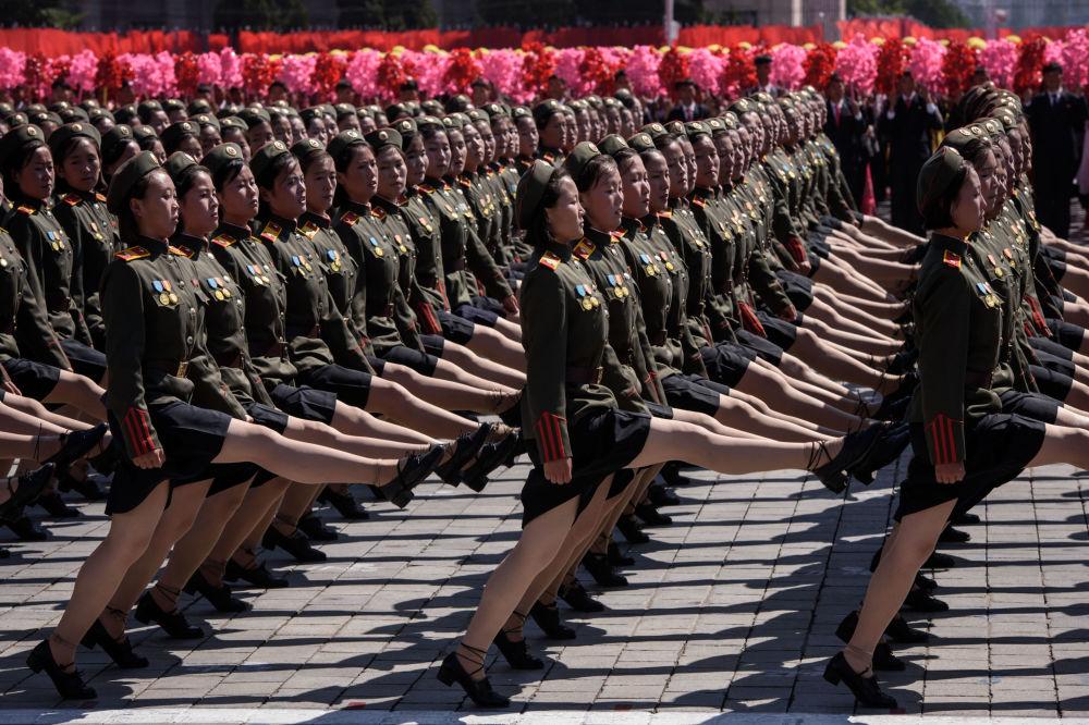 Uczestnicy parady z okazji dnia KRLD w Pjongjangu