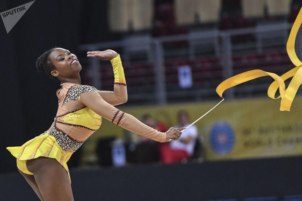 Paleza Molamme (RPA) wykonuje ćwiczenia w kwalifikacyjnych występach ze wstążką w indywidualnym programie podczas Mistrzostw Świata w Gimnastyce Artystycznej w 2018 roku w Sofii