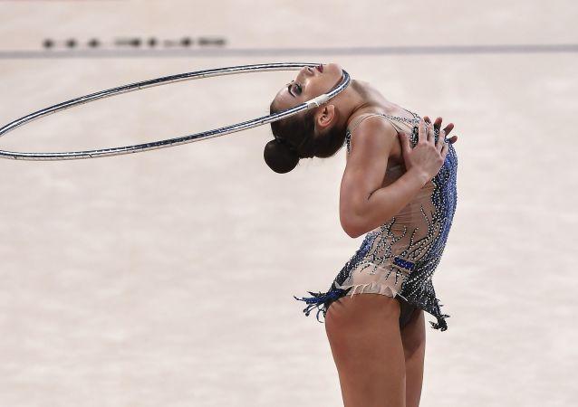 Katrin Taseva (Bułgaria) wykonuje ćwiczenia w finałowych wystąpieniach z obręczą w indywidualnym programie na Mistrzostwach Świata w Gimnastyce Artystycznej w 2018 roku w Sofii
