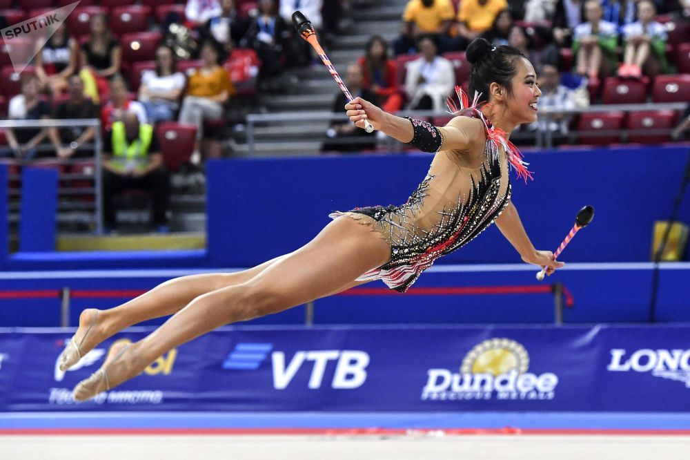 Laura Zeng (USA) wykonuje ćwiczenia kwalifikacyjne z maczugami w indywidualnym programie podczas Mistrzostw Świata w Gimnastyce Artystycznej w 2018 roku w Sofii