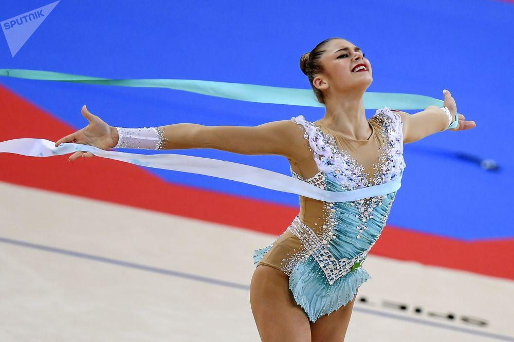 Aleksandra Sołdatowa (Rosja) wykonuje ćwiczenia finałowe ze wstążką w indywidualnym programie na Mistrzostwach Świata w Gimnastyce Artystycznej w 2018 roku w Sofii