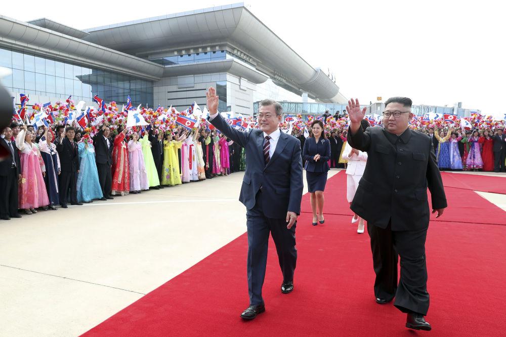 Przywódcy Korei Południowej i Północnej na lotnisku w Pjongjangu