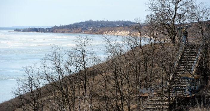 Brzeg Morza Azowskiego niedaleko Mariupola, Ukraina