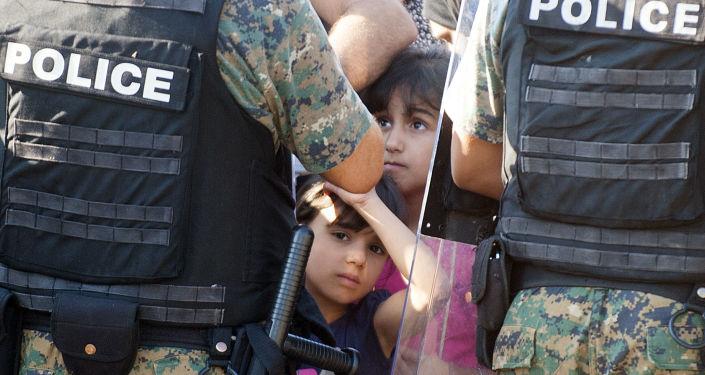 Dwóch nielegalnych imigrantów na granicy grecko-macedońskiej