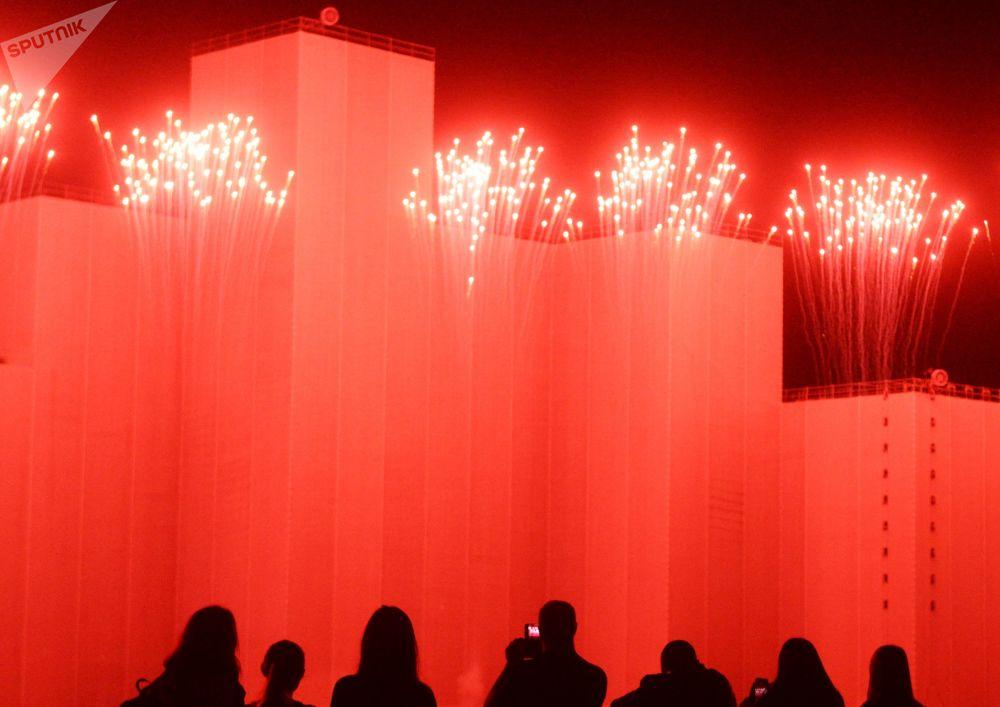 """Widzowie na ceremonii otwarcia międzynarodowego festiwalu """"Krąg światła"""" w Moskwie"""