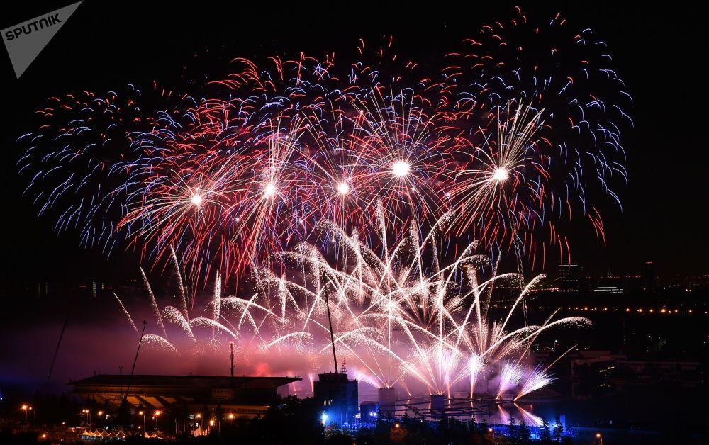 """Sztuczne ognie z okazji otwarcia miedzynarodowego festiwalu """"Krag swiatla"""" w rosyjskiej stolicy"""
