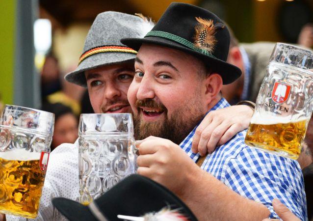 Inauguracja tradycyjnego festiwalu piwa Oktoberfest w Niemczech
