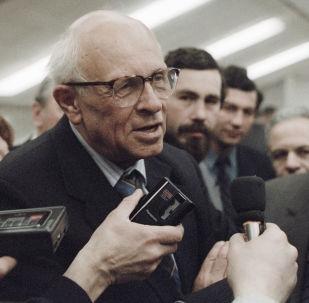 Andriej Dmitrijewicz Sacharow – radziecki fizyk jądrowy, twórca m.in. teorii indukowanej grawitacji, działacz polityczny, laureat Pokojowej Nagrody Nobla. Członek Akademii Nauk ZSRR.