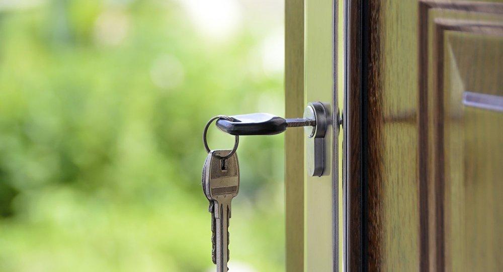 Ключи в замке входной двери, архивное фото