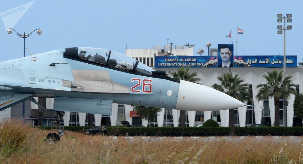 """Rosyjski samolot Su-30 na pasie startowym w bazie lotniczej """"Hmeimim"""" w Syrii"""