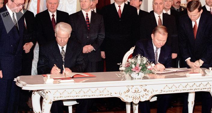 Prezydent Rosji Boris Jelcyn i prezydent Ukrainy Leonid Kuczma podczas podpisania układu o przyjaźni, współpracy i partnerstwie między Rosją i Ukrainą w ramach oficjalnej wizyty Borisa Jelcyna w Kijowie