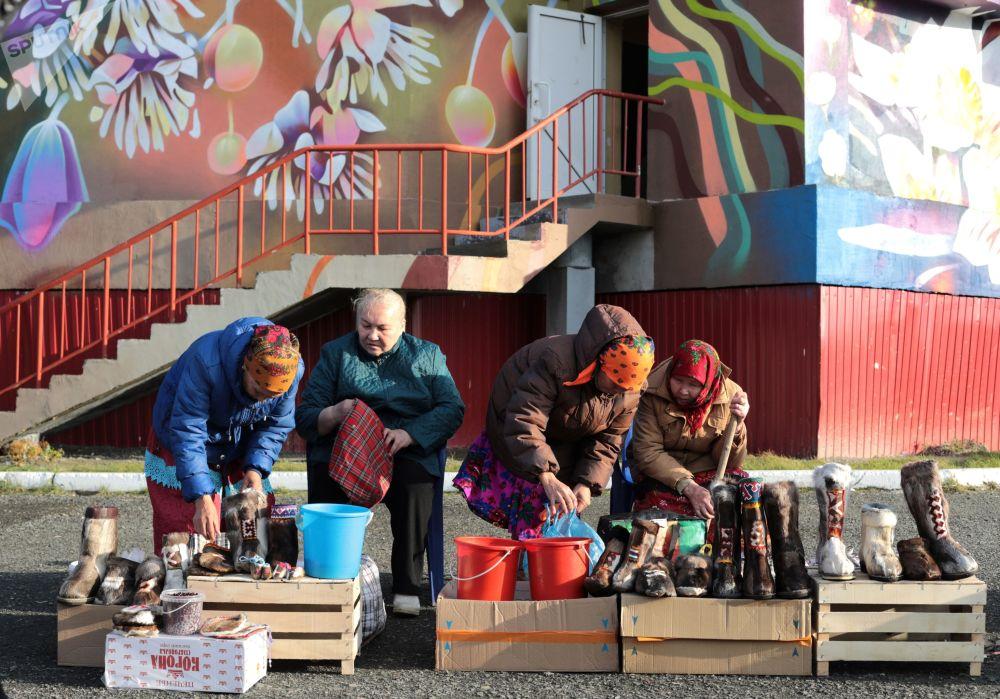 Kobiety sprzedają jagody i buty futrzane