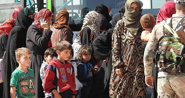 Syryjskie rodziny ewakuują się z Idlibu