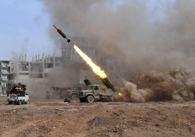 Wieloprowadnicowa wyrzutnia rakietowa Golan 400 podczas walki na przedmieściach Damaszku
