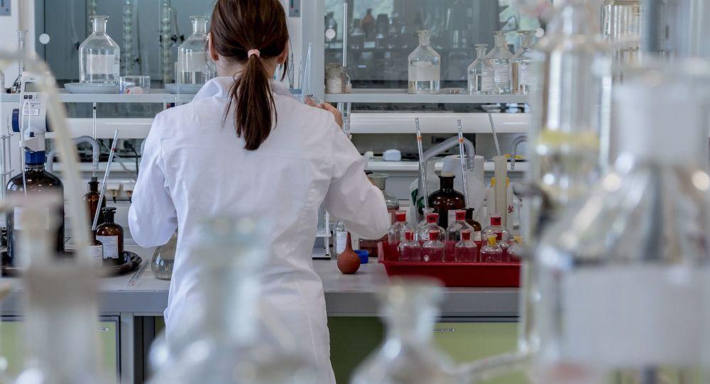 Kobieta w laboratorium w czasie eksperymentu