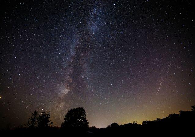 Rozgwieżdżone niebo w czasie deszczu meteorytów