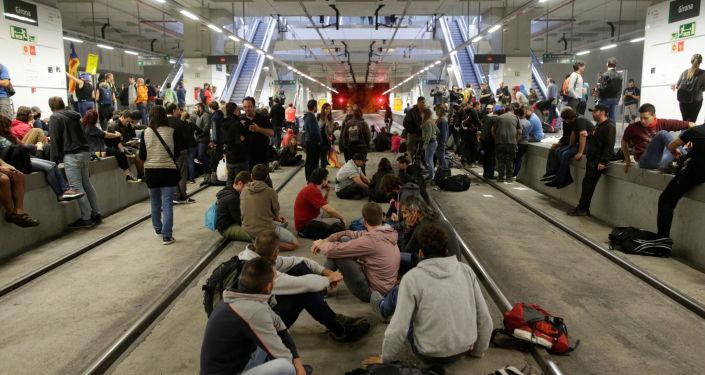 Tory kolejowe na dworcu w Geronie zablokowane przez zwolenników niepodległości Katalonii w rocznicę referendum niepodległościowego