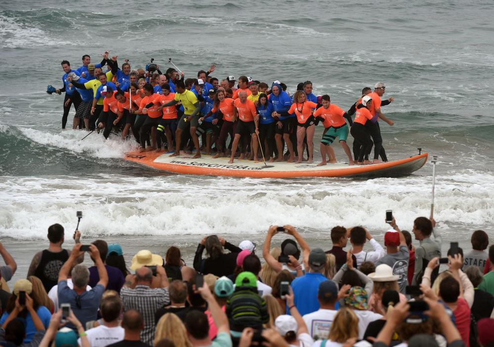 Surferzy na największym na świecie surfboardzie
