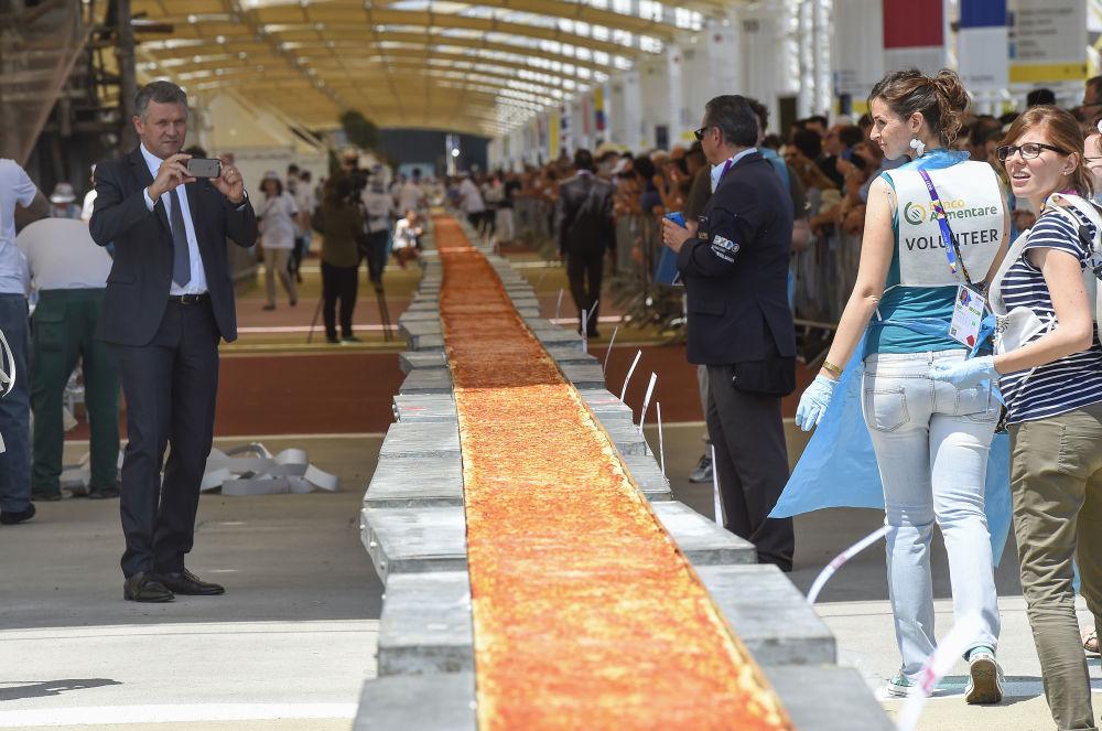 Najdłuższa na Swiecie pizza, zaniesiona do Ksiegi Rekordów Guinnessa