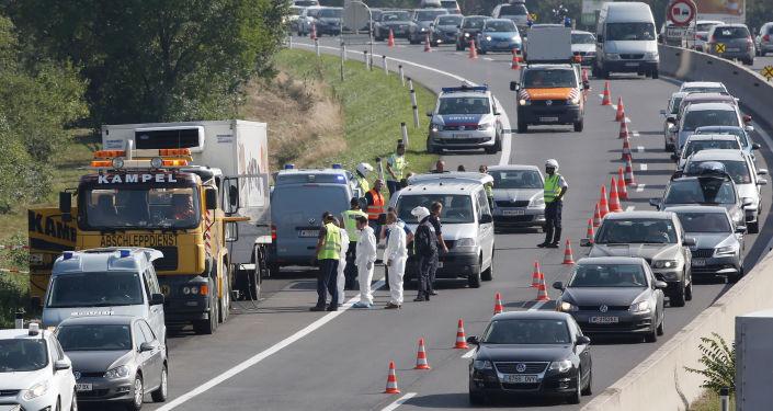Austriacka policja przy ciężarówce, w której znaleziono ponad 70 ciał imigrantów