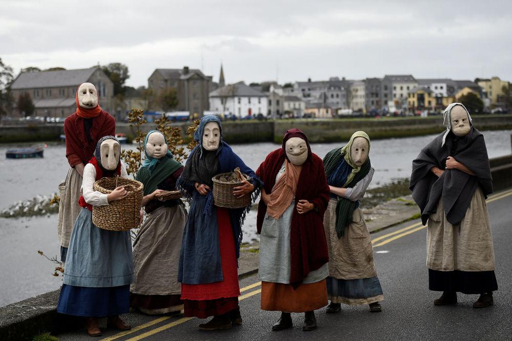 Aktorzy zespołu Bru Theatre podczas ulicznego show w irlandzkim mieście Galway