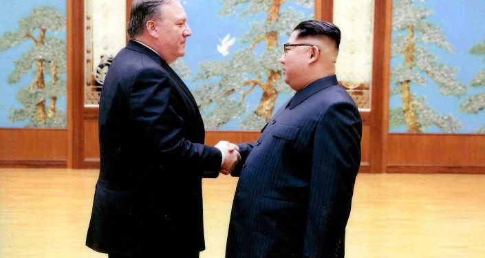 Mike Pompeo w czasie spotkania z Kim Dzong Unem w Pjongjangu w kwietniu 2018 roku