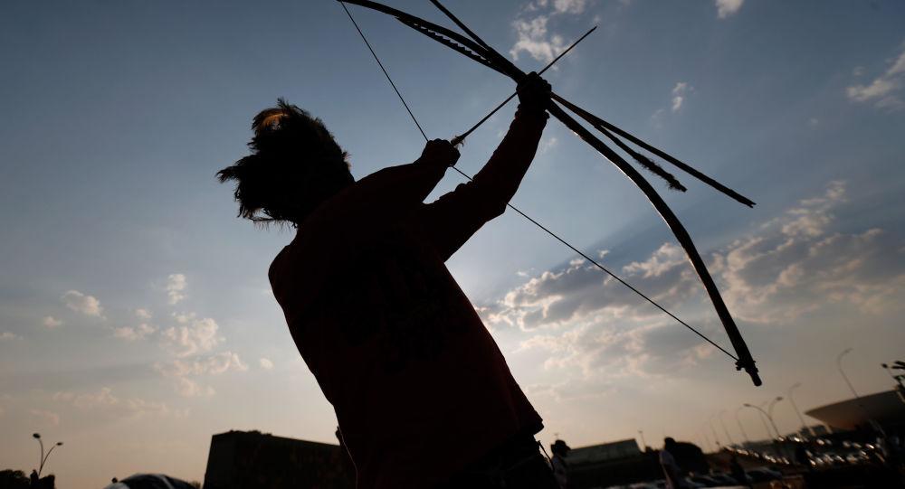 Indianin z łukiem z brazylijskiego stanu Matu Grosso