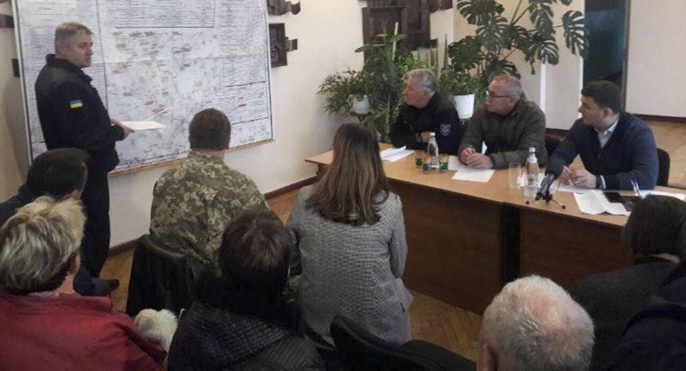 Premier Ukrainy Wołodymyr Hrojsman (po prawej) prowadzi posiedzenie sztabu kryzysowego po eksplozji w składzie wojskowym pod Czernihowem na Ukrainie