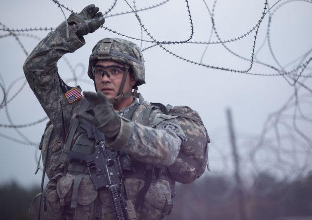 Amerykański żołnierz w czasie ćwiczeń wojskowych NATO w Europie