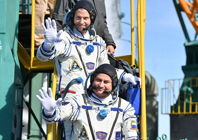 Kosmonauci Aleksej Owczinin i Nick Hague przed startem