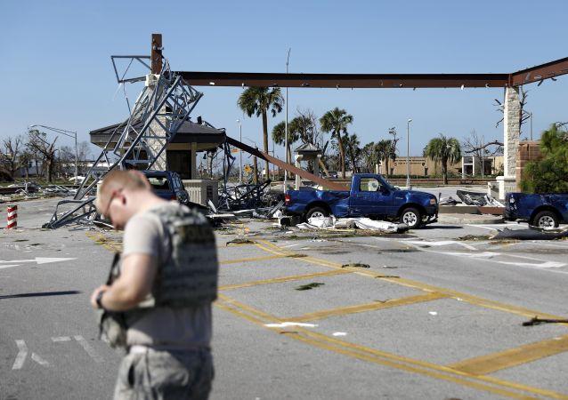"""Zniszczenie spowodowane przez huragan """"Michael"""" w bazie lotniczej Tyndall w amerykańskim stanie Floryda"""