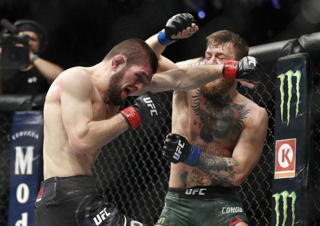 Rosyjski zawodnik Khabib Nurmagomedov podczas walki z Irlandczykiem Conorem McGregorem o tytuł mistrza UFC