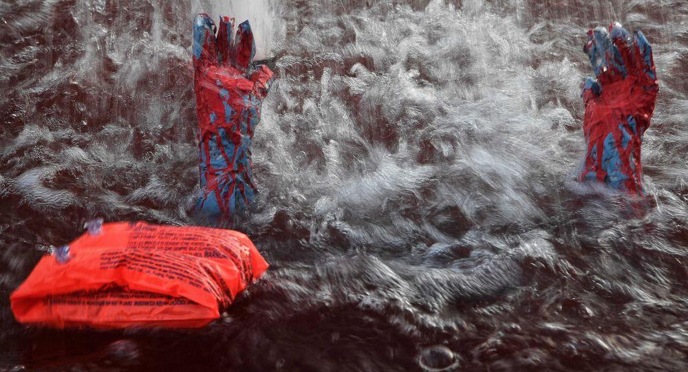Instalacja przedstawiająca tonącego uchodźcę w jednej z ateńskich fontann