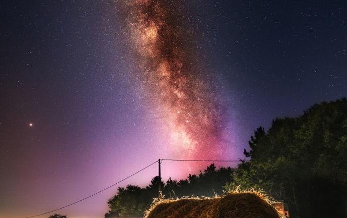 Droga Mleczna nad stogiem siana
