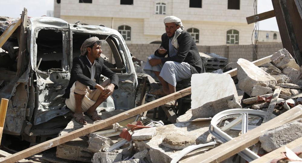 Jemeńczycy przy ruinach domu zniszczonego w nalocie przeprowadzonym przez Arabię Saudyjską