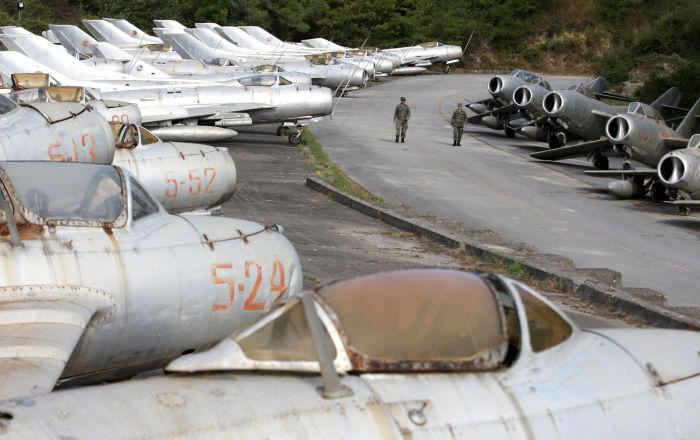 Żołnierze Sił Powietrznych Albanii na lotnisku w mieście Kuçova