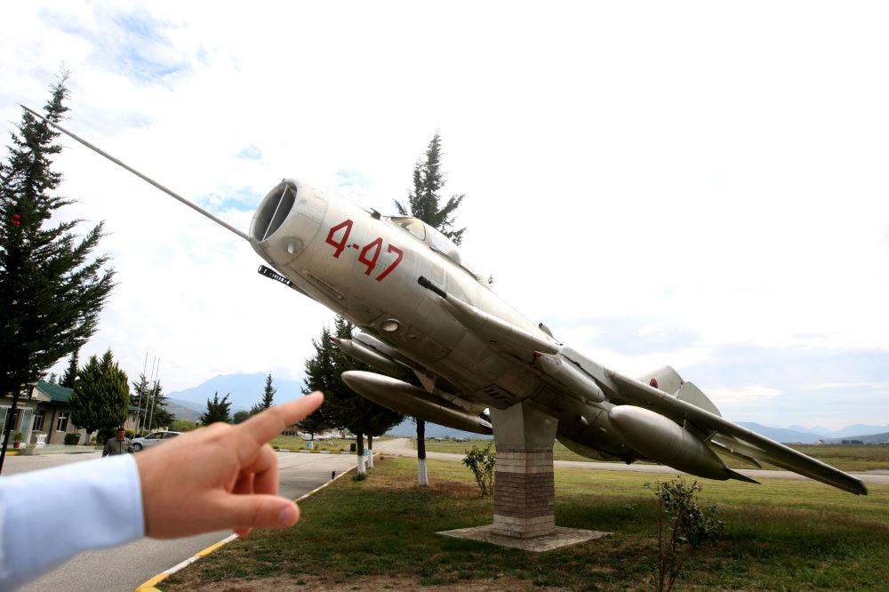 Radziecki odrzutowy samolot myśliwski MiG-19 na lotnisku w mieście Kuçova, Albania