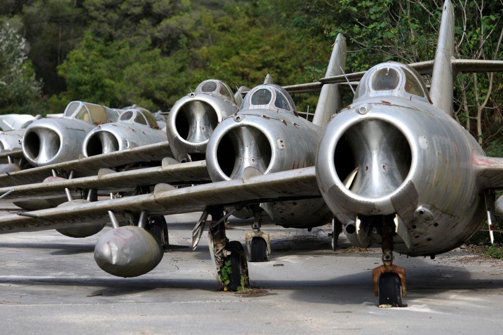 Radzieckie samoloty myśliwskie MiG-15 na lotnisku w mieście Kuçova, Albania