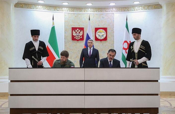 Szef Republiki Czeczeńskiej Ramzan Kadyrow i szef Republiki Inguszetii Junus-biek Jewkurow podczas podpisania porozumienia o granicy