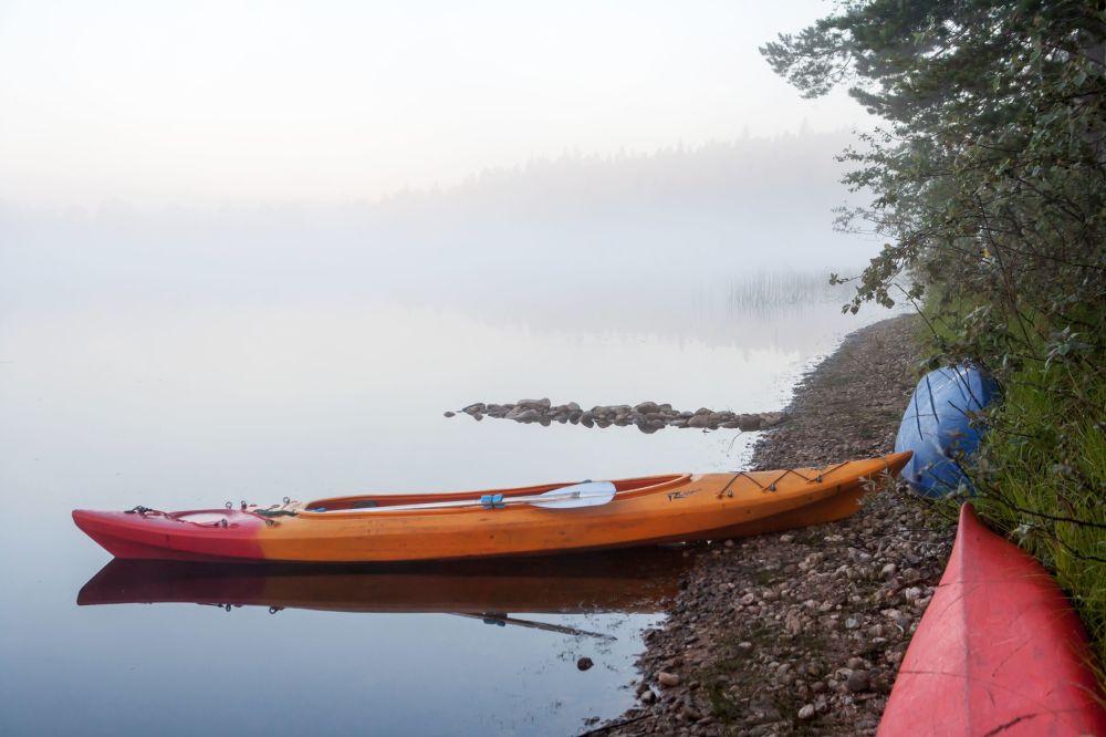 Kajaki turystów na brzegu jeziora w Karelii