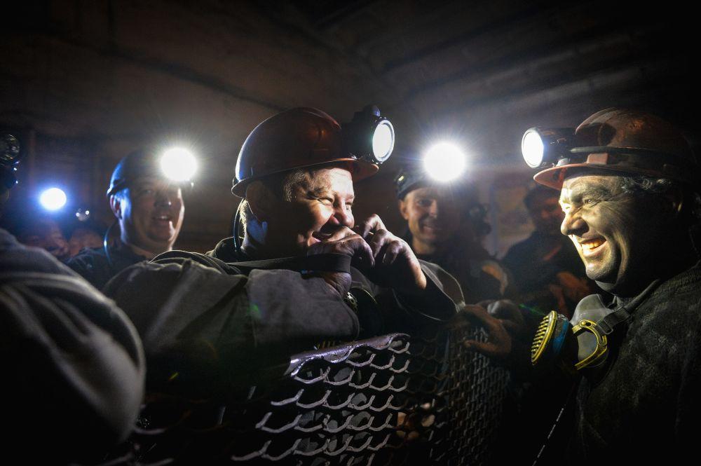 Górnicy w klatce windy w kopalni Głubokaja w Szachtarśku w obwodzie donieckim
