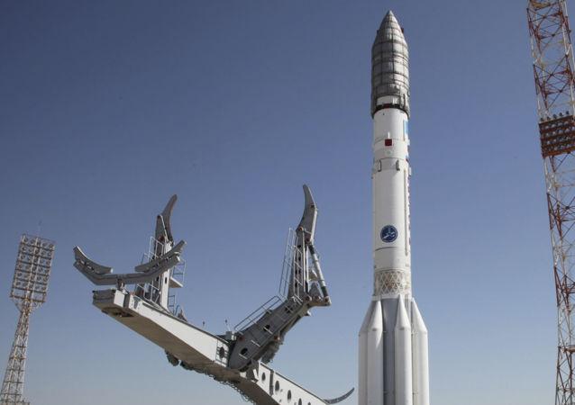 Rakieta Proton-M przed startem na kosmodromie Bajkonur