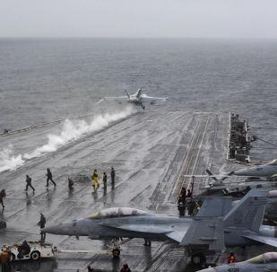 Samolot pokładowy EA-18G Growler startuje z pokładu amerykańskiego lotniskowca USS Harry S. Truman na Morzu Północnym
