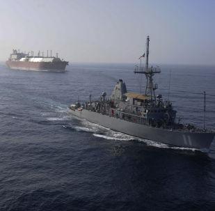 Flota marynarki wojennej USA eskortuje tankowiec przewożący LNG