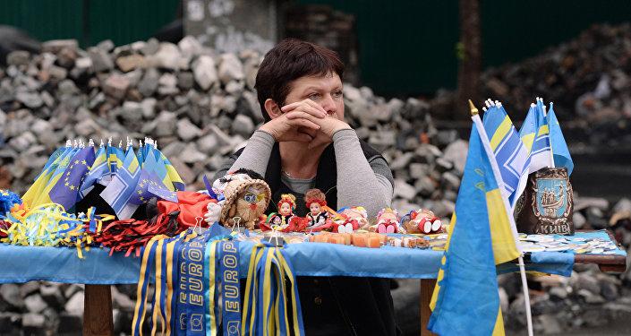 Sprzedawczyni gadżetów związanych z eurointegracją Ukrainy