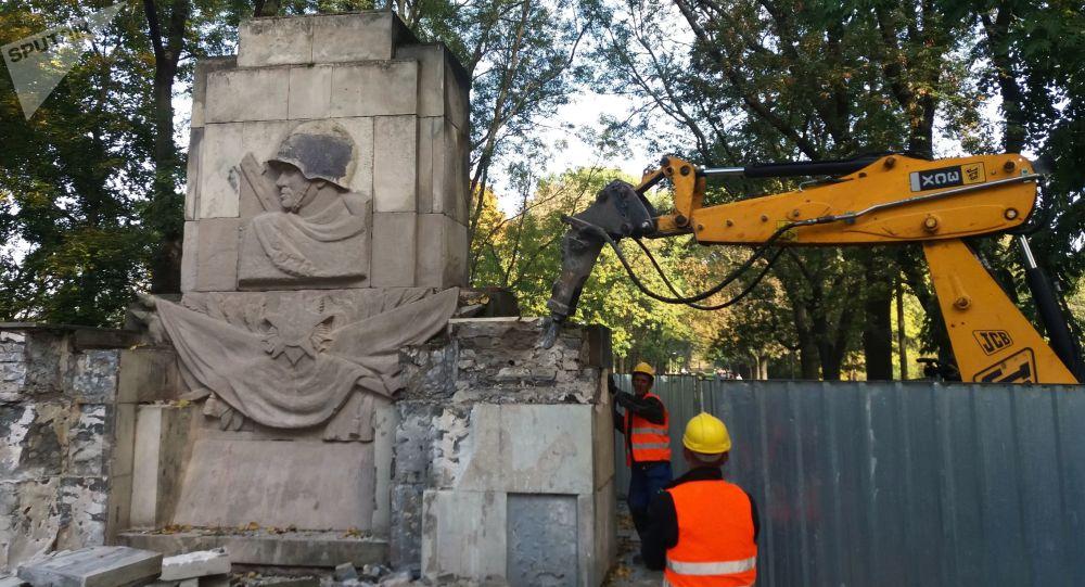 Demontaż Pomnika Wdzięczności Żołnierzom Armii Radzieckiej w parku Skaryszewskiego w Warszawie