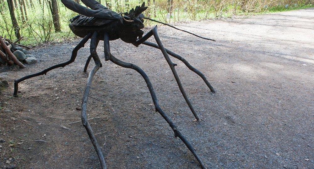 Drewniana rzeźba komara w parku w Karelii