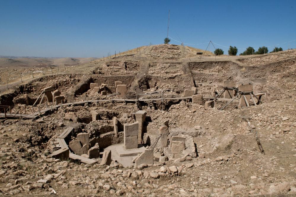 Widok ogólny owalnych budowli megalitycznych Göbekli Tepe w Turcji