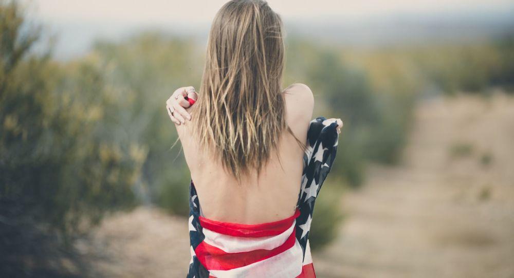 Kobieta owinięta w amerykańską flagę